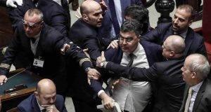Fiano (PD), violenza in Aula: lancia un libro e colpisce in fronte un segretario, seduta sospesa