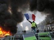 I gilet gialli contro Macron non mollano: guerriglia a Parigi, l'84% dei francesi sta con loro