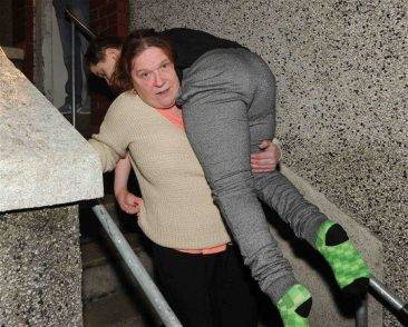 Il comune le nega gli aiuti: la madre deve portare su e giù dalle scale tutti i giorni il figlio disabile