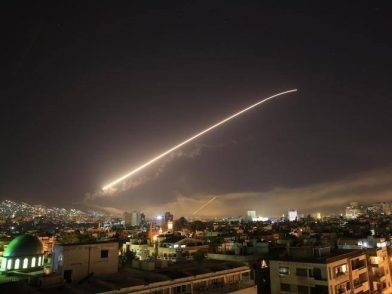 Israele attacca la capitale della Siria mentre la gente festeggia il Natale: i suoi missili abbattuti