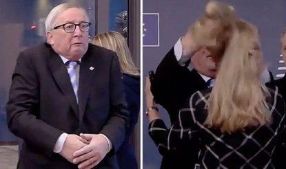 """Junker e gli """"strani comportamenti"""": scompiglia i capelli di una donna e cerca di baciarne un'altra"""