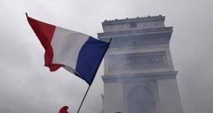 Macron cede ai gilet gialli: stop aumenti su benzina. Ma loro vogliono molto di più