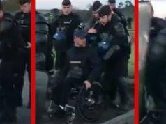 Poliziotti fan cadere un gilet giallo disabile dalla carrozzina- il simbolo della repressione contro la protesta