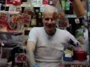 Rapinatore entra nel negozio con la pistola puntata, commerciante muore d'infarto
