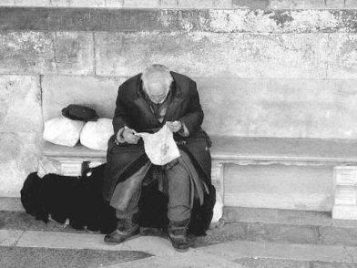 Rubano la pensione ad un anziano e lo costringono a mendicare: arrestata coppia diabolica