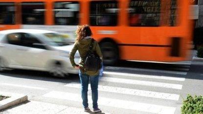 Spinge una donna sotto un'auto senza alcun motivo: lei è salva per miracolo. Lui è già libero