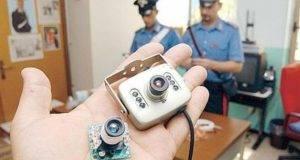 Telecamera nascosta nei bagni della scuola per filmare i ragazzi: arrestato 20enne