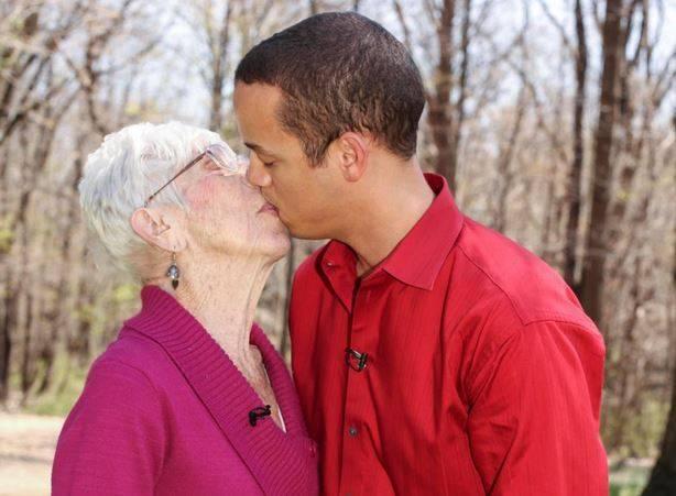 ragazzo più giovane dating donna più anziana gay sesso siti e applicazioni