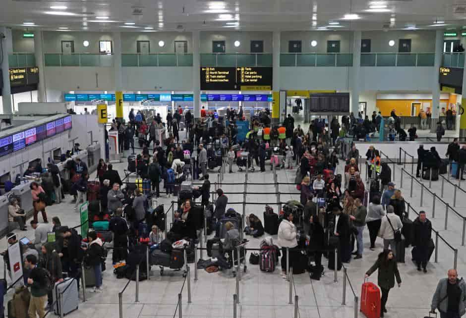 Aeroporto chiuso, centinaia di voli in ritardo