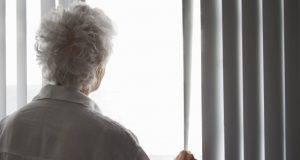 Anziana sfrattata a Torino tenta di gettarsi dal balcone: salvata da un carabiniere