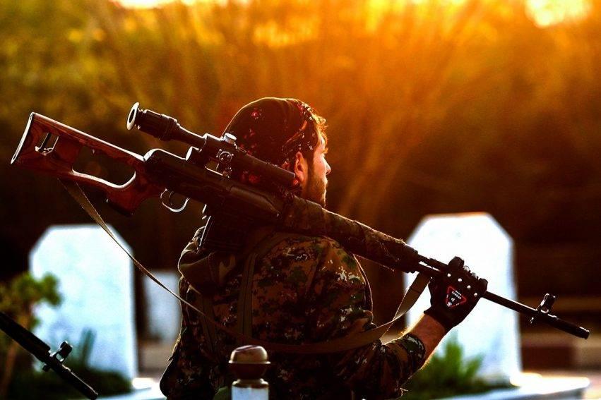 Combattente curdo con il fucile