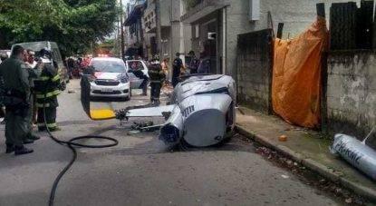 Elicottero si schianta per strada ed uccide un passante: lo scioccante video dalla cabina prima dell'impatto