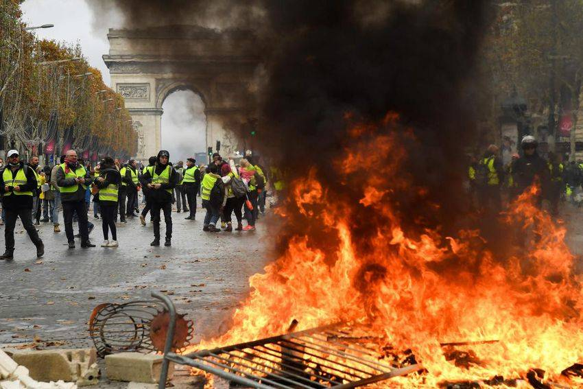 Nuovi scontri fra gilet gialli e polizia