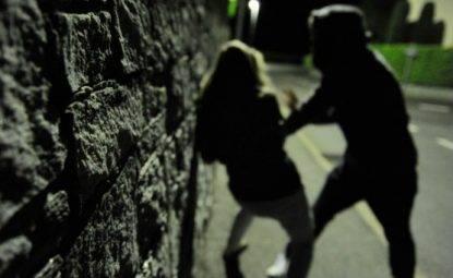 Grosseto, due stranieri cercano di violentare 25enne mentre va al lavoro: è caccia all'uomo