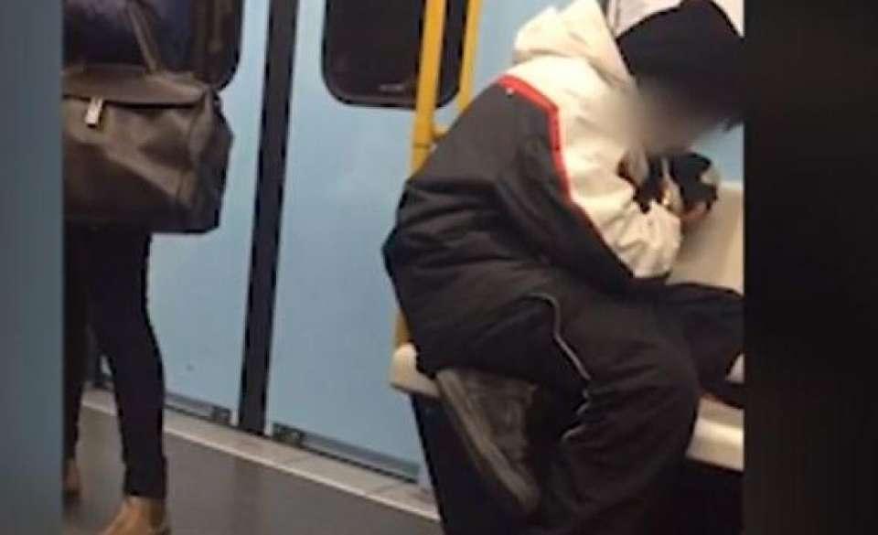 Un ragazzo fuma eroina in metro tra l'indifferenza generale