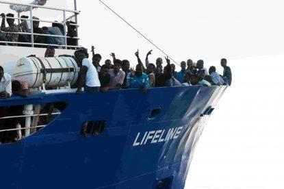 """Malta rifiuta di accogliere la nave di migranti: """"Malta salva da sempre le vite, non la diamo vinta ai bulli"""""""