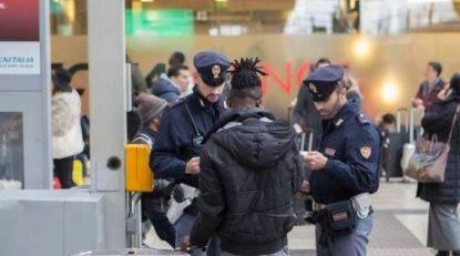 Pugni in faccia a due anziani in stazione a Milano per rapinarli: bloccato dai passanti