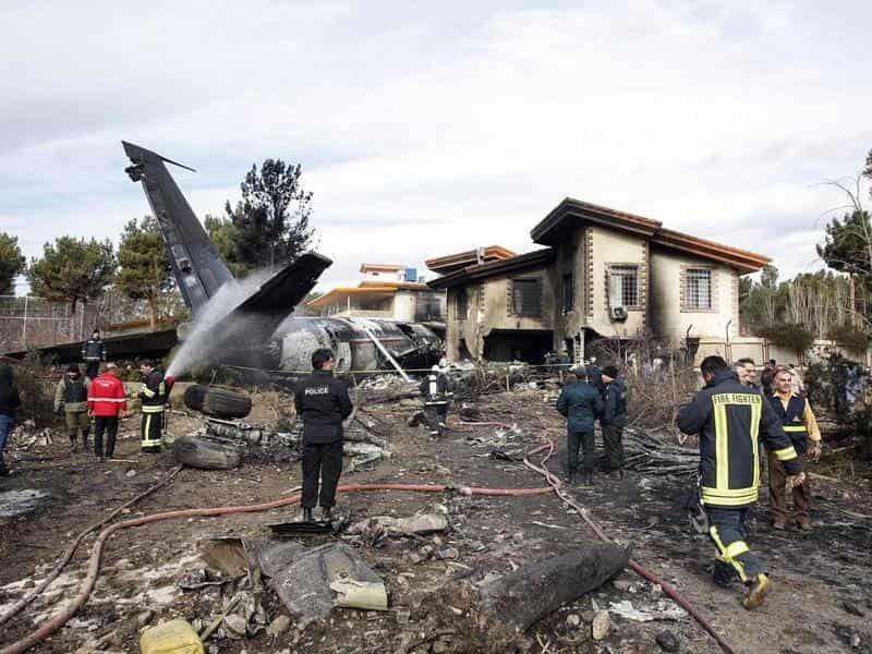 Schianto di un Boeing 707 contro il muro di cinta dell'aeroporto: 15 morti