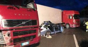 Tir va fuori strada sulla Catania-Messina: 6 feriti e 3 morti, anche un poliziotto