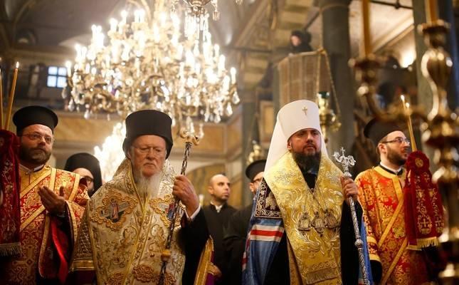 Il Patriarca Bartolomeo ed Epifanio durante la firma dei Tomos