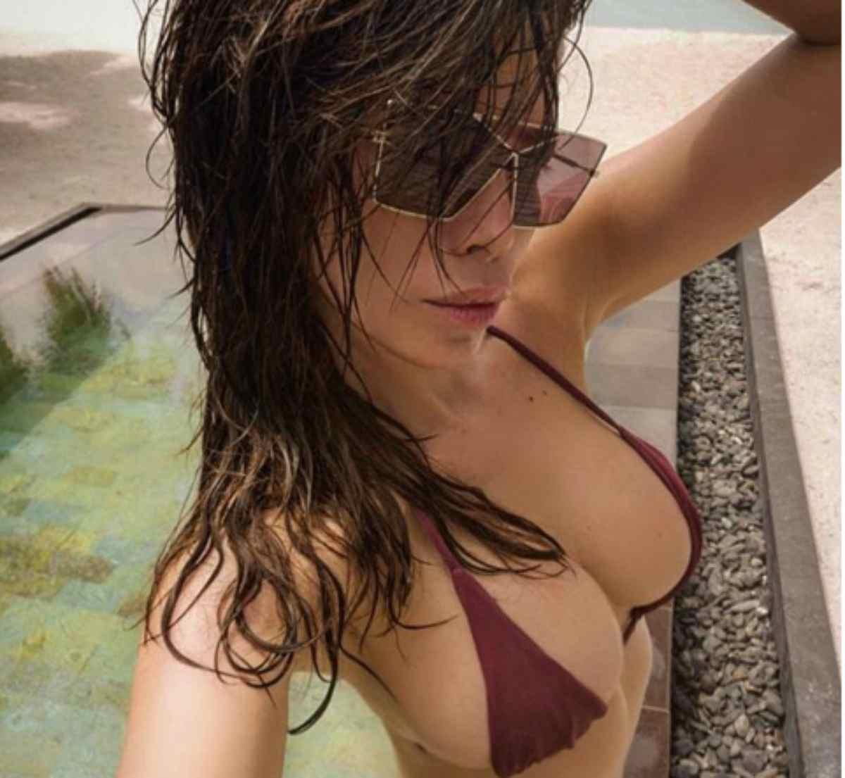Aida Yespica da urlo, il bikini è troppo piccolo