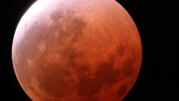 Eclissi totale di super Luna nelle prime ore di lunedì