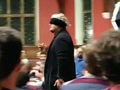 Beppe Grillo entra bendato ad Oxford
