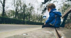 """Bimbo di 8 anni vaga solo per strada, """"La mamma non mi vuole più"""". E lei conferma ai carabinieri"""