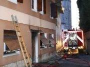 Brucia la casa, bimbo di cinque anni muore nell'incendio. Salvo il fratello che si è gettato dalla finestra