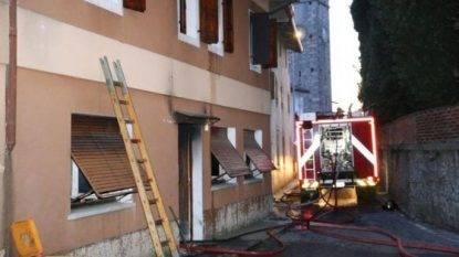 Brucia la casa bimbo di cinque anni muore nell incendio salvi i fratelli che si son gettati - Bimbo gettato dalla finestra ...