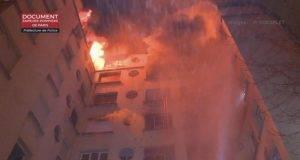 """Inferno di fuoco a Parigi- palazzo in fiamme, 8 morti e 31 feriti. Arrestata una donna, """"è atto doloso"""""""