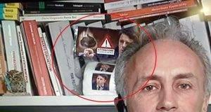 Marco Travaglio compare in tv con la carta igienica con il volto di Renzi: e Renzi lo querela