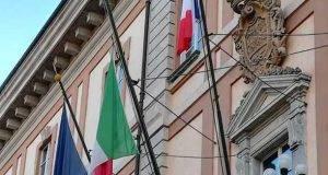 Tensione Italia-Francia, sindaco PD espone la bandiera francese e scoppia la polemica