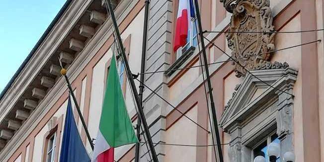 Tensione Italia Francia Sindaco Pd Espone La Bandiera Francese E