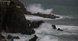 Tre ventenni siciliani dispersi in mare, cresce l'angoscia: trovato paraurti dell'auto e portafogli
