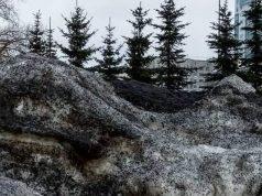 Una neve nera sta ricoprendo le città siberiane, trasformandole in paesaggi post-apocalittici