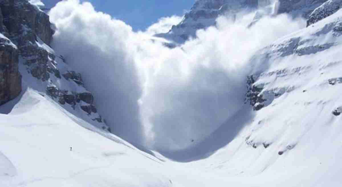 Valanga travolge almeno 10 sciatori nelle Alpi