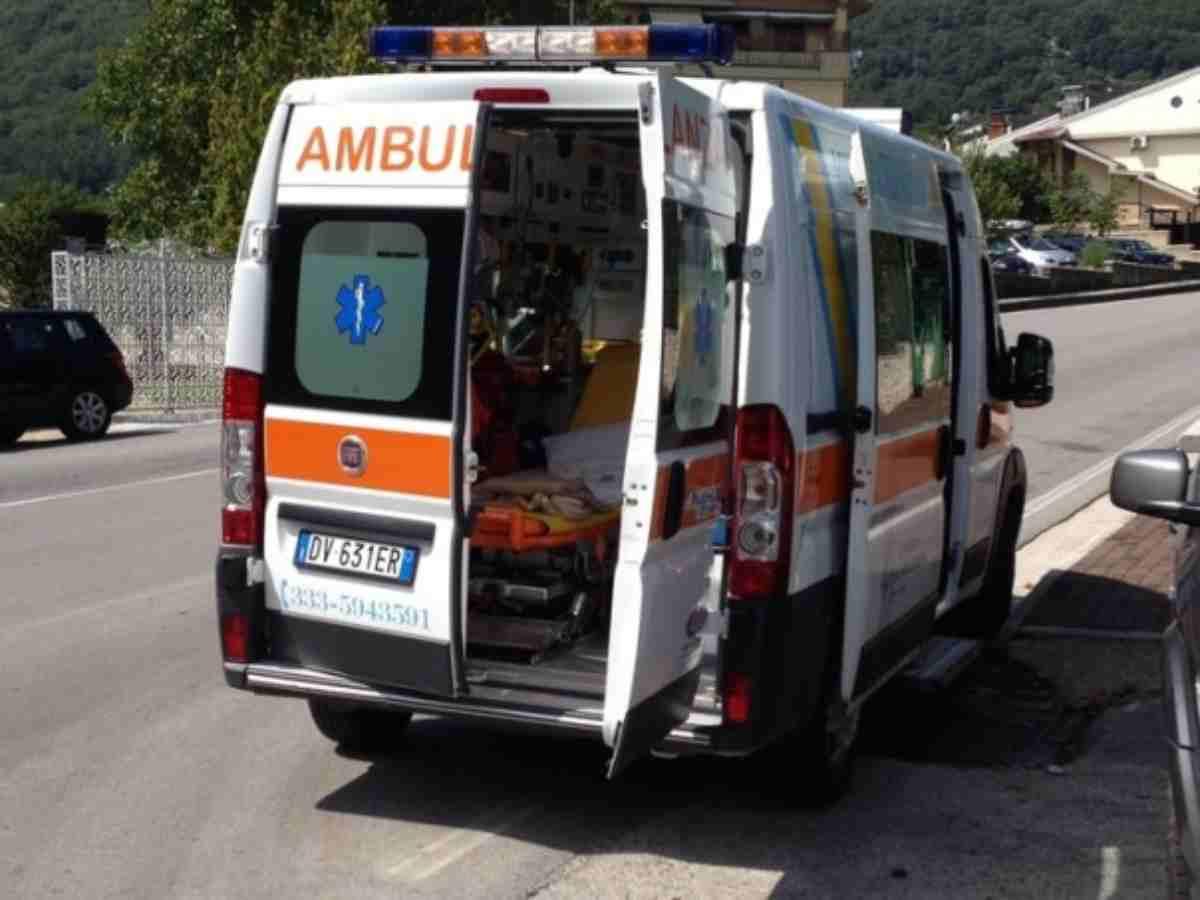 uomo muore mentre gonfia il pneumatico di un pullman