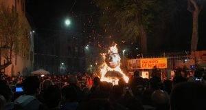 Brescia, bruciato fantoccio con sembianze di Salvini di fronte ai bambini