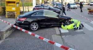 Donna si aggrappa alla Mercedes per non farsela rubare: travolta ed uccisa. Ladri in fuga
