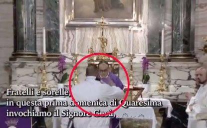 L'uomo che irrompe in Chiesa durante la messa su Rete 4