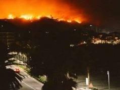 Maxi incendio sulle alture di Genova, le fiamme raggiungono l'autostrada. 50 famiglie sfollate