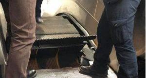 Metro A Roma, paura alla stazione Barbarini: è crollato un gradino nella scala mobile