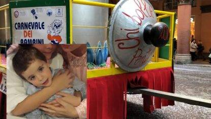 Non ce l'ha fatta Gianlorenzo, il bambino di 2 anni caduto dal carro di Carnevale a Bologna
