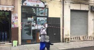 Palermo, vuole rapinare il negozio con una bottiglia rotta ma viene ucciso dal titolare. Due feriti