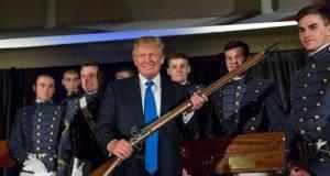 Trump e la proposta di legge sull'uso di armi da fuoco; niente divieti a chi soffre di disturbi mentali