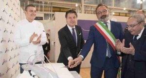 Ponte Genova, Conte taglia la torta ed è subito polemica