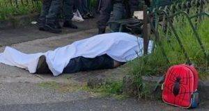 Agguato in pieno giorno a Napoli: nonno ucciso di fronte al nipote, ferito il figlio