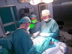 Dimenticano le pinze nell'addome del paziente e la devono rioperare: shock in ospedale a Napoli