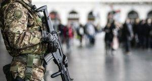 Esercito con mitra
